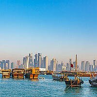 Doha Qatar Skyline mit traditionellen Dhows