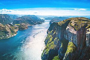 AIDAprima trifft atemberaubenden Lysefjord